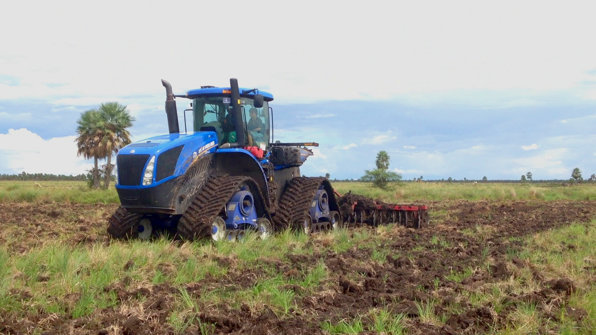 Poluzzi tracks working on NH T9 tractor in Paraguay
